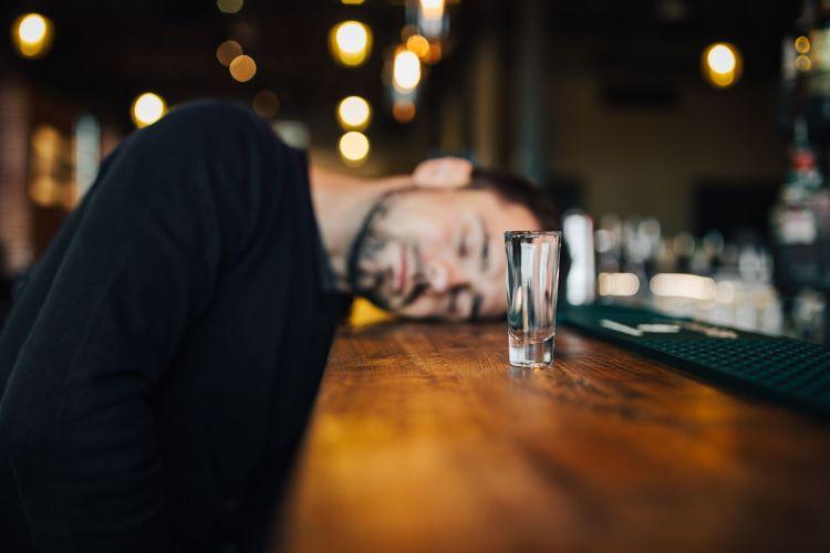 断酒することによるメリット・デメリットを紹介。断酒は良いことばかりではない。